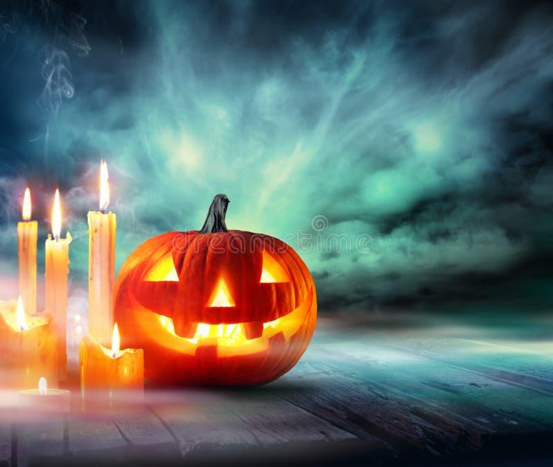 Halloween - calabaza con las velas fotografía de archivo libre de regalías