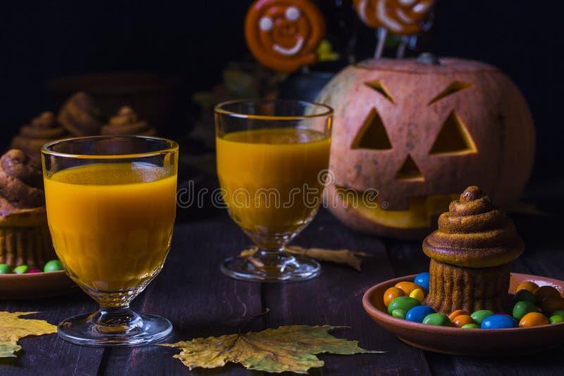 Halloween-cocktail, pompoen oranje drank met kruiden stock foto's