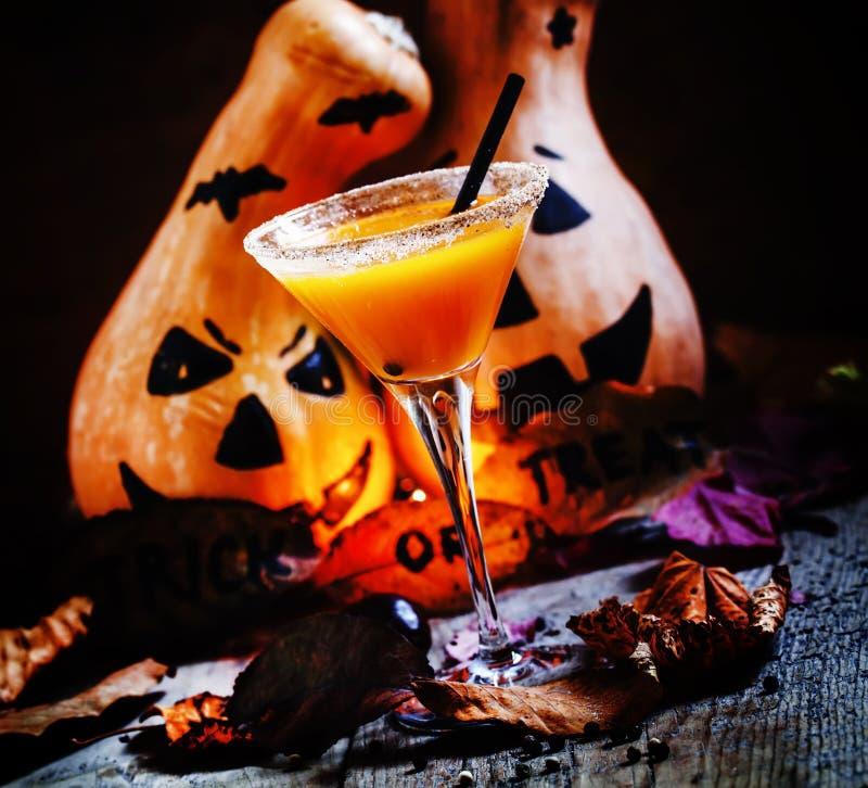Halloween-cocktail, pompoen oranje drank met kruiden Donkere vinta stock afbeeldingen