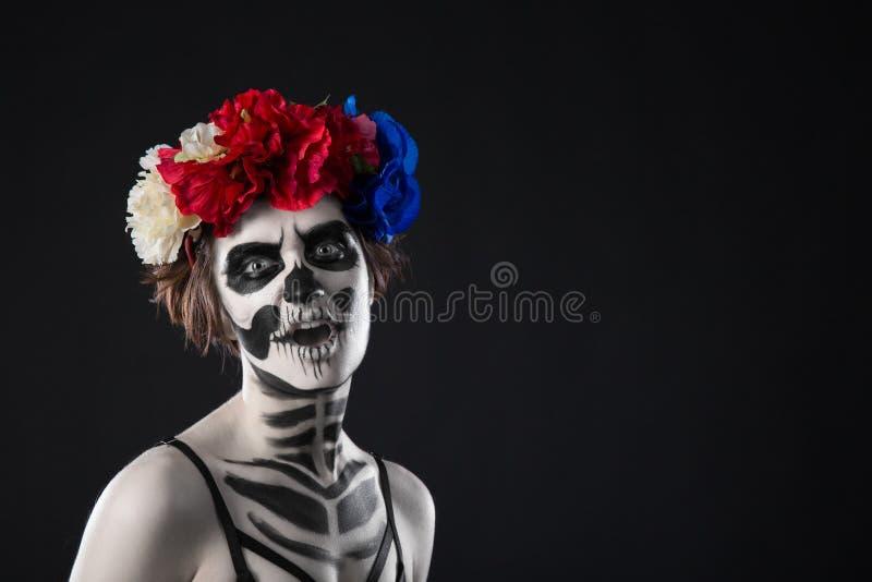 Halloween compo Retrato de uma grinalda assustador horrívea da mulher do zombi Halloween foto de stock royalty free