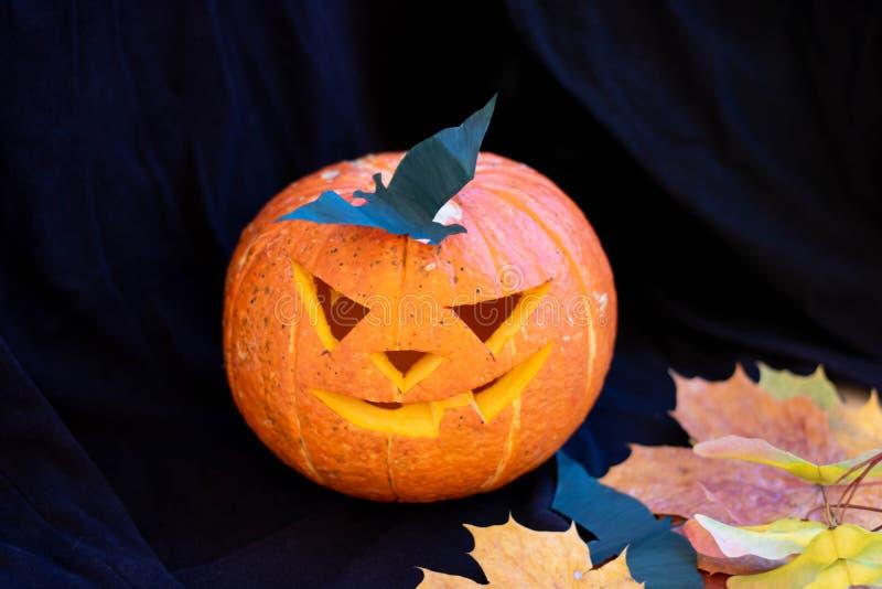 Halloween con il sorriso di una zucca e gli occhi spaventosi per la notte delle feste Vista ravvicinata della spaventosa zucca di fotografia stock