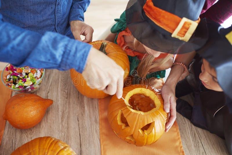Halloween con la familia imagen de archivo