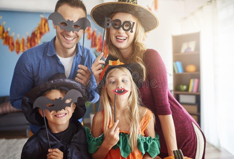 Halloween con la familia imagen de archivo libre de regalías