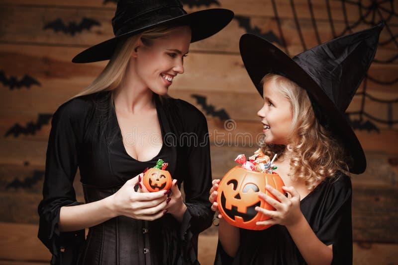 Halloween-Concept - de mooie Kaukasische moeder met teleurgesteld gevoel met gelukkig weinig daugther geniet van met Halloween stock afbeeldingen