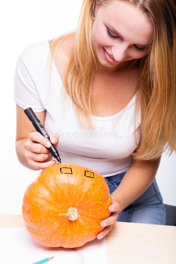 Halloween-concept, gelukkige Meisjeszitting bij lijst met pompoenen pre royalty-vrije stock foto's