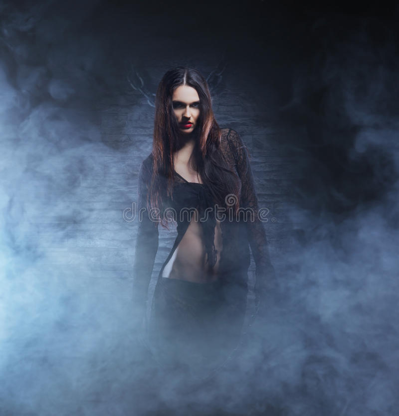 Halloween-concept: jonge en sexy heks stock afbeeldingen