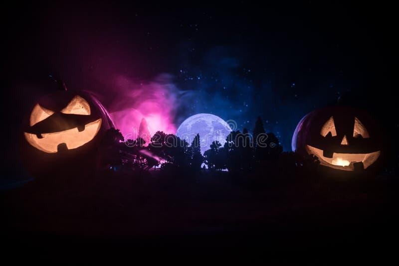 Halloween-concept met gloeiende pompoenen Vreemd silhouet in een donker griezelig bos bij nacht, wi van mystiek landschaps surrea royalty-vrije illustratie
