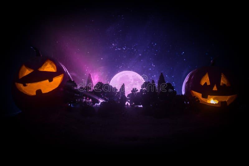 Halloween-concept met gloeiende pompoenen Vreemd silhouet in een donker griezelig bos bij nacht, wi van mystiek landschaps surrea stock afbeelding