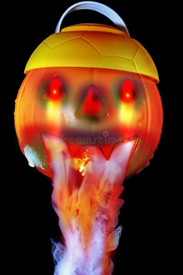 Halloween-concept met pompoenlantaarn & rokerig het effect van droog ijs royalty-vrije stock afbeelding