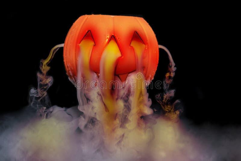 Halloween-concept met pompoenlantaarn & rokerig het effect van droog ijs stock afbeelding