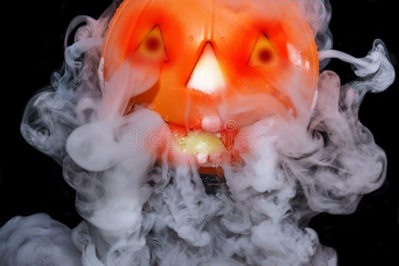 Halloween-concept met pompoenlantaarn & rokerig het effect van droog ijs stock afbeeldingen