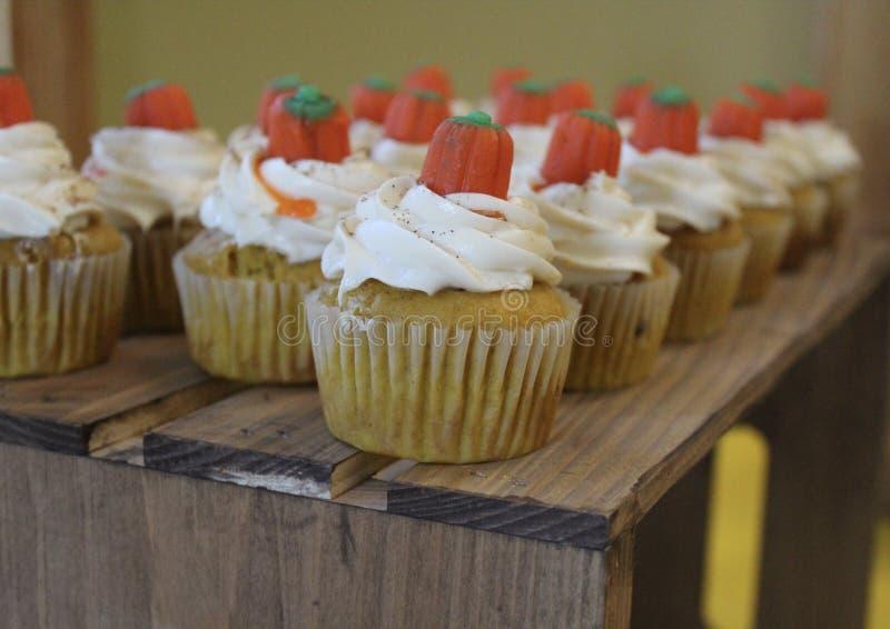 Halloween cupcakes met suikergoed op bovenkant stock fotografie