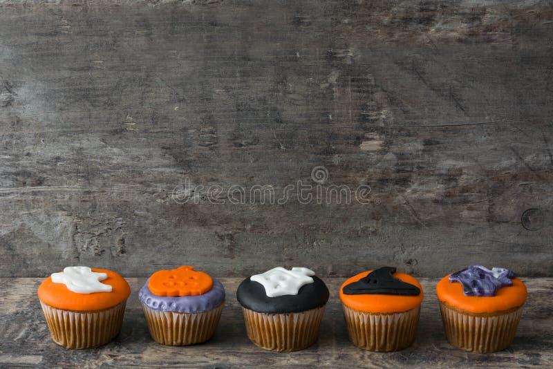 Halloween cupcakes op hout royalty-vrije stock afbeelding