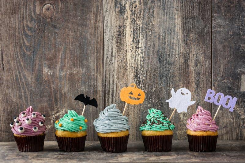 Halloween cupcakes op rustiek hout royalty-vrije stock afbeelding