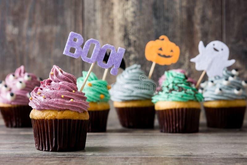 Halloween cupcakes op rustiek hout royalty-vrije stock foto's
