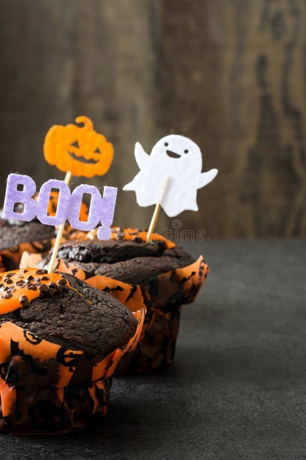 Halloween cupcakes op rustieke houten achtergrond stock afbeeldingen