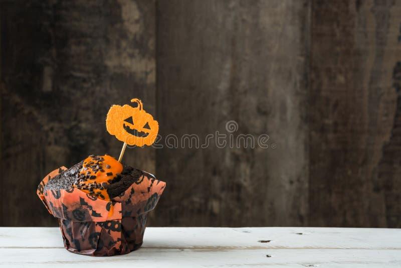 Halloween cupcakes op rustieke houten achtergrond royalty-vrije stock afbeeldingen
