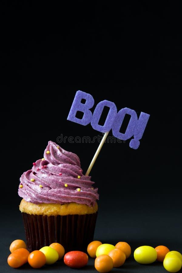 Halloween cupcakes op zwarte achtergrond stock fotografie
