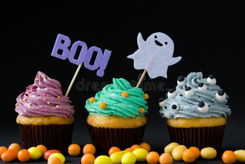 Halloween cupcakes op zwarte achtergrond royalty-vrije stock foto