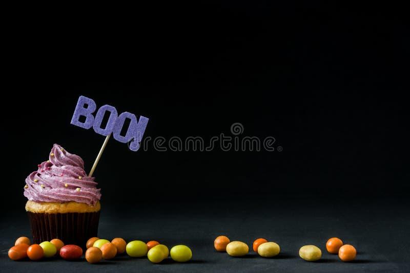 Halloween cupcakes op zwarte achtergrond royalty-vrije stock afbeeldingen