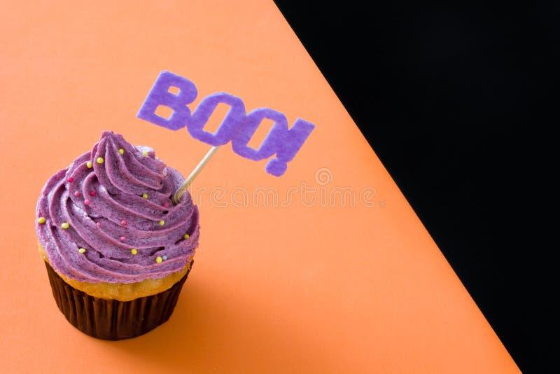 Halloween cupcakes op zwarte en oranje achtergrond royalty-vrije stock foto's