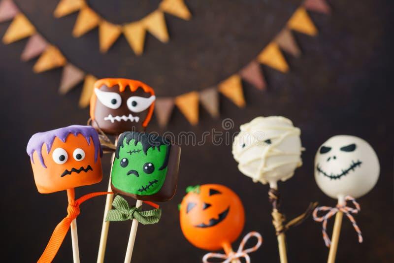 Halloween-de cake knalt met grappige monstergezichten royalty-vrije stock foto's