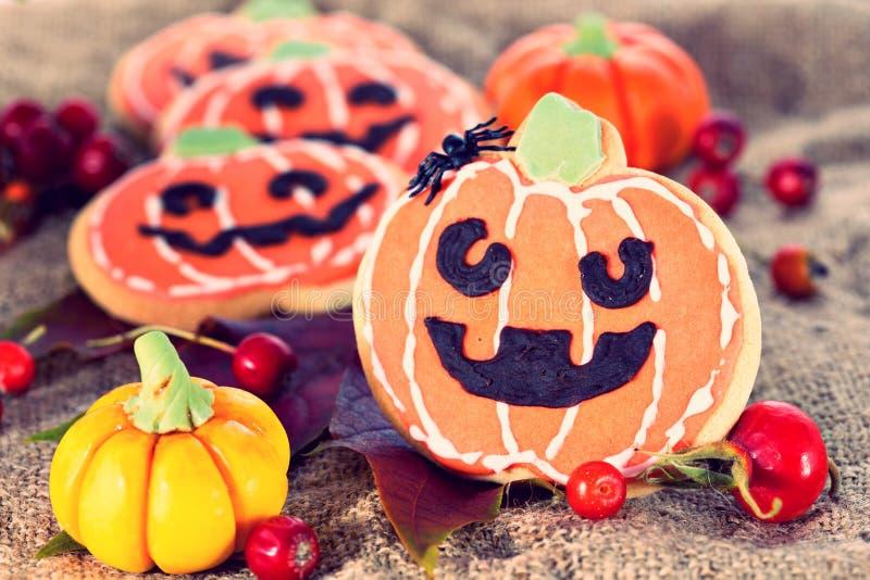 Halloween-de koekjes van de decorpompoen stock foto