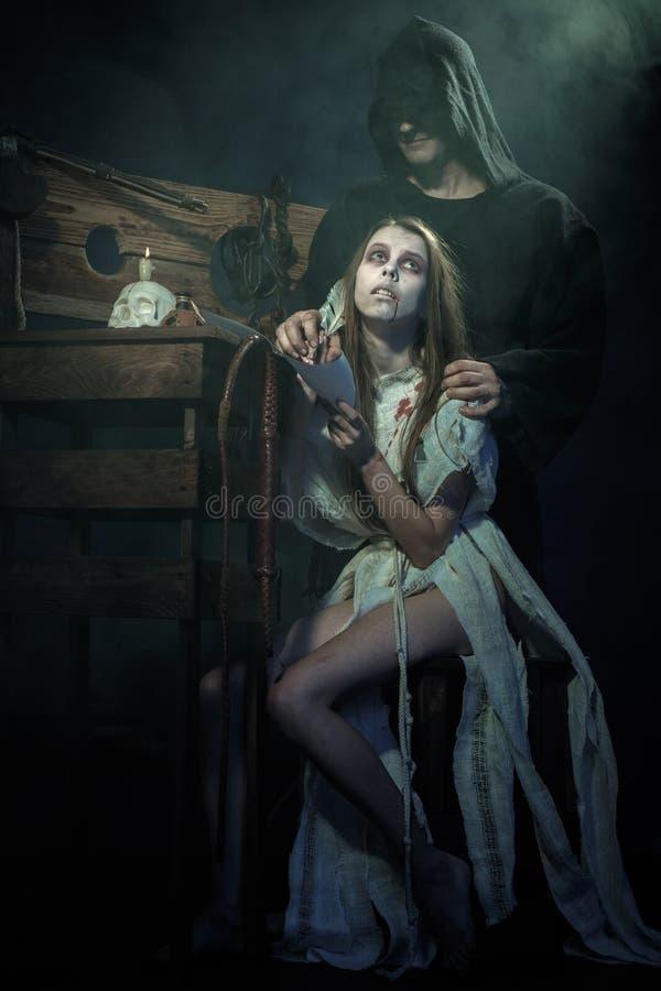 Halloween De middeleeuwen Heksenteken een oordeel van Inquisit stock foto's