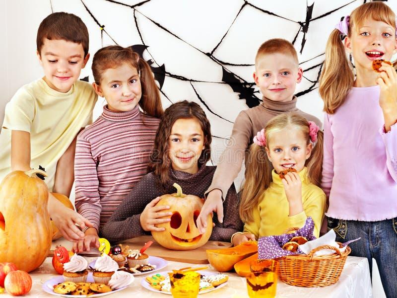 Halloween-de partij met kinderen die truc houden of behandelt. stock afbeelding