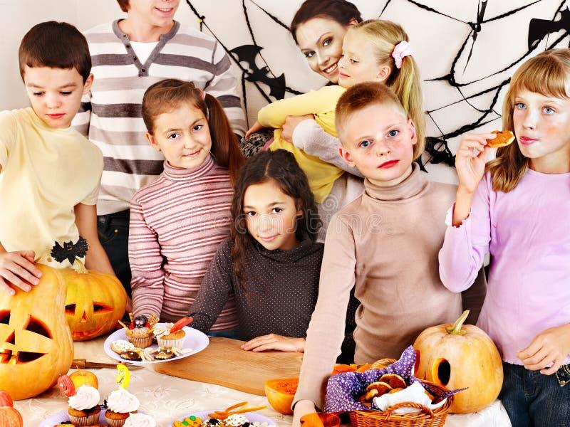 Halloween-de partij met kinderen die truc houden of behandelt. royalty-vrije stock foto
