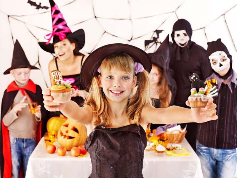 Halloween-de partij met kinderen die truc houden of behandelt. royalty-vrije stock afbeelding