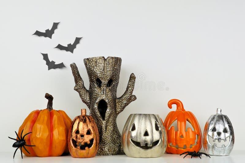 Halloween decor met hefboom of lantaarn en spooky boom tegen een witte muur stock foto's