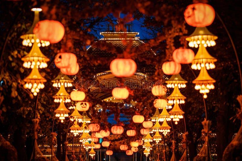 Halloween-decoratie bij nacht in Tivoli-tuinen, Denemarken stock fotografie