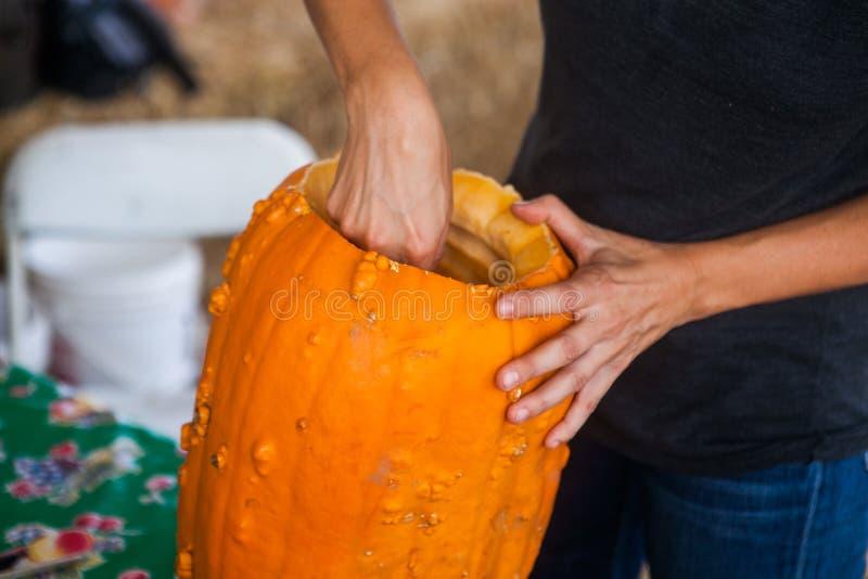 Halloween, decoratieconcept - sluit omhoog van vrouw met pompoen royalty-vrije stock foto