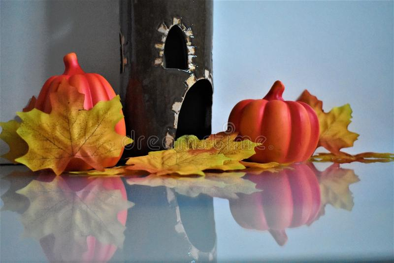 Halloween-Dekoration auf weißem Hintergrund, Herbstblättern, Keramikkürbisen und Schloss lizenzfreies stockfoto