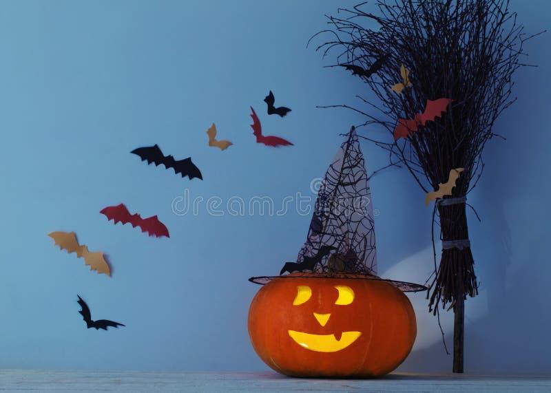 Halloween-Dekorationen auf Holztisch lizenzfreie stockfotografie