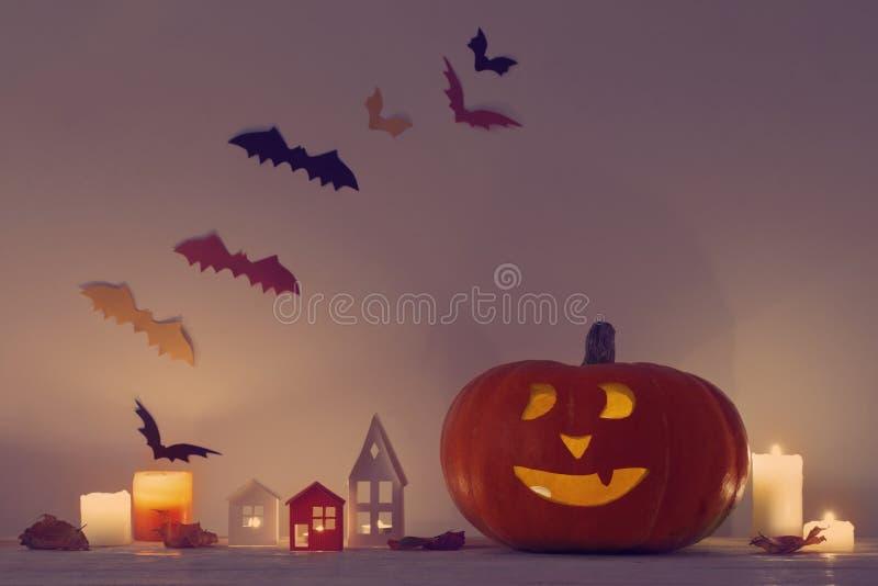 Halloween-Dekorationen auf Holztisch lizenzfreie stockfotos