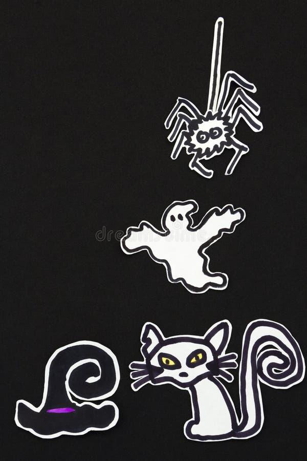 Halloween-Dekorationen Katze, Hexenhut, Geist und Spinne stockfotos
