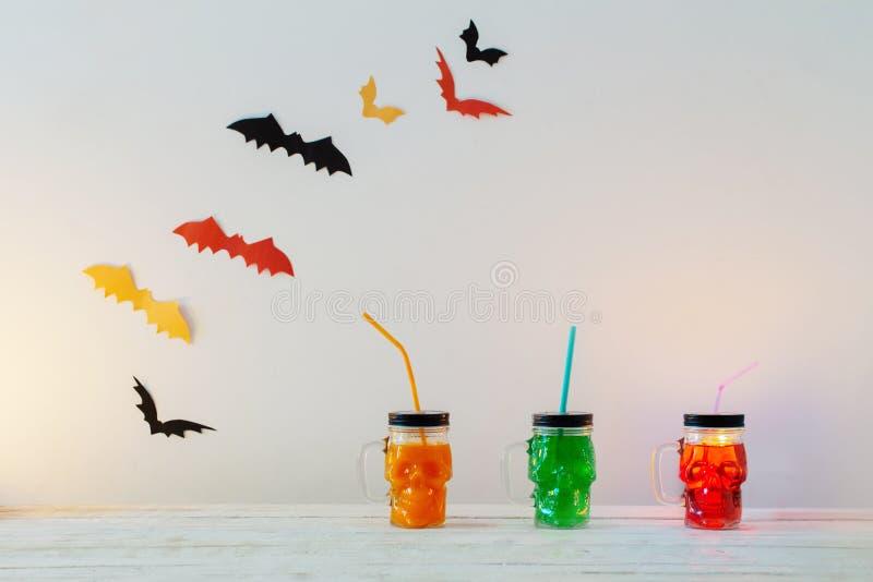 Halloween-Dekorationen mit Getränken im Becher in der Form des Schädels stockfoto