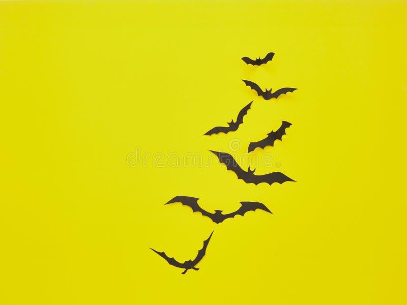 Halloween-Dekorationen, Schläger auf einem gelben Hintergrund stockfoto