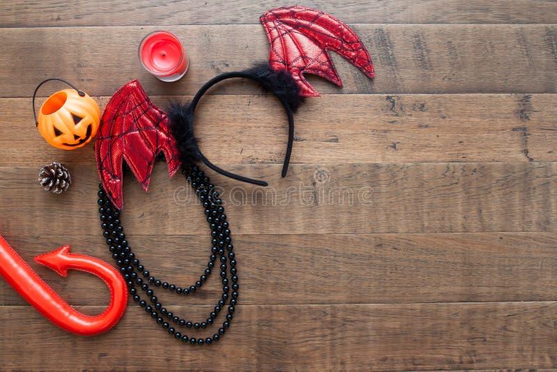 Halloween-Dekorationen und -Zubehör auf hölzernem Hintergrund stockfoto