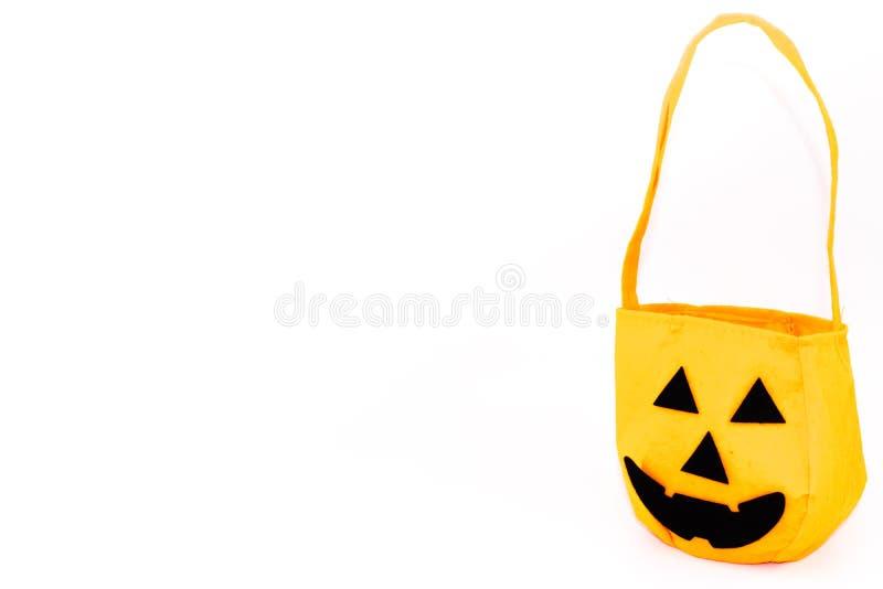 Halloween delle borse tenute in mano della zucca su fondo bianco immagini stock libere da diritti