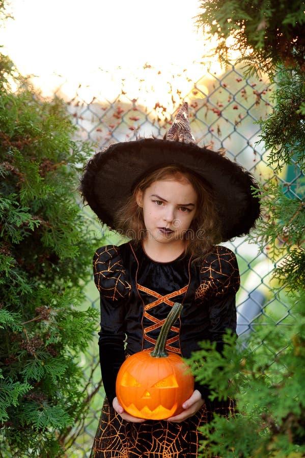 halloween Den härliga lilla flickan beskriver den onda fen royaltyfria foton