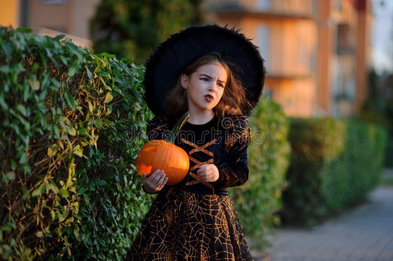 halloween Den härliga lilla flickan beskriver den onda fen royaltyfria bilder