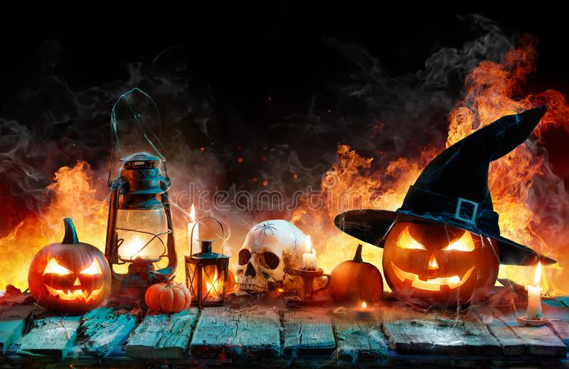 Halloween in der Flamme - brennende Kürbise lizenzfreies stockfoto