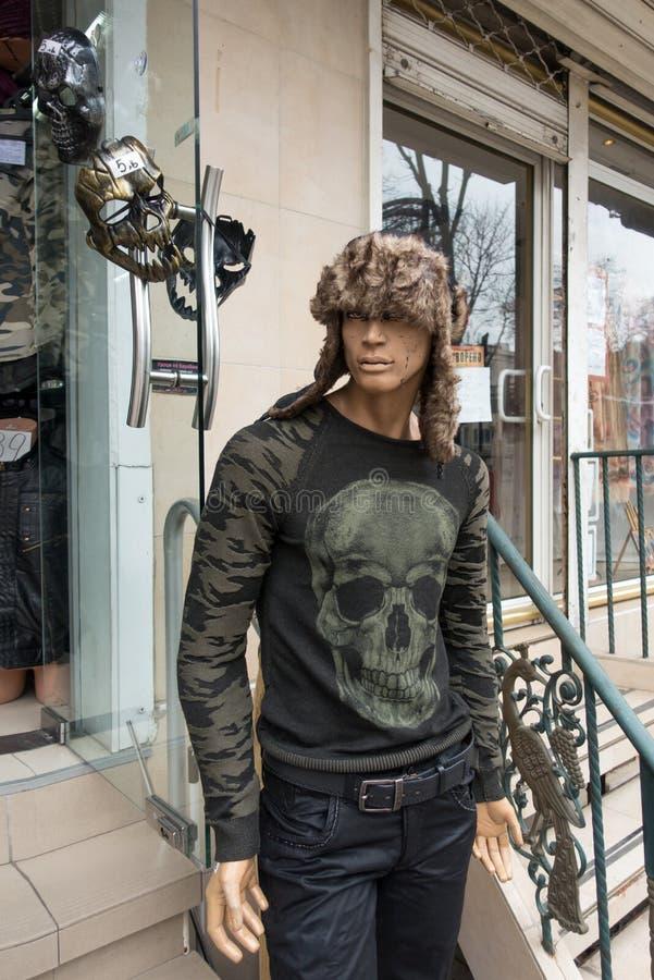 Halloween die storefront in Varna, Bulgarije kijken stock foto