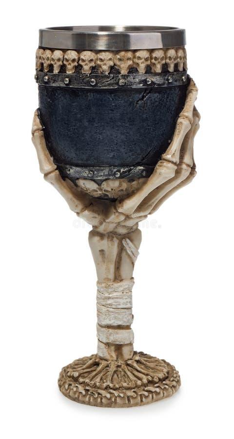 Halloween-drinkbeker met skelethand en schedels die wordt verfraaid stock foto