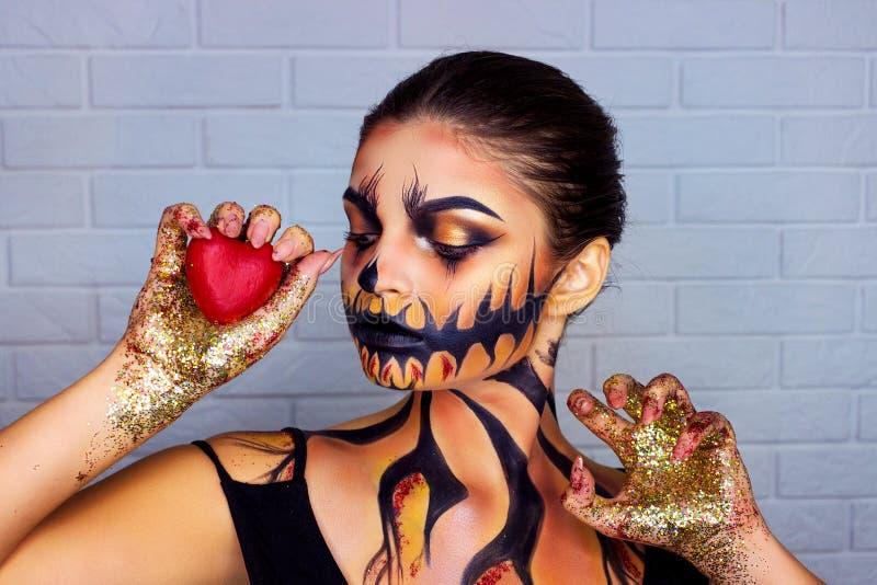 Halloween-duivel hipster met hoornen en de make-upgezicht van de meisjesschedel De man en de vrouw maken harthanden Paar in liefd royalty-vrije stock foto's