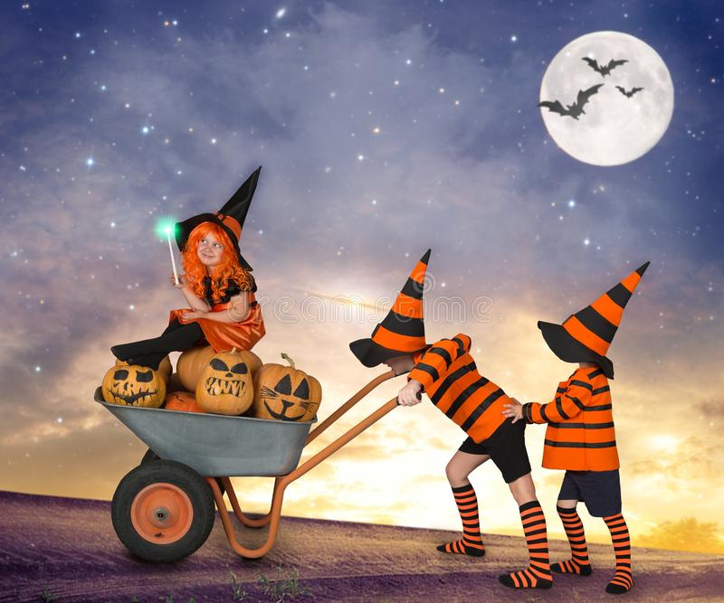 halloween Dwa czarownika iść ciężarówka z bar dziewczyny czarownicą w magicznym lesie troszkę fotografia stock