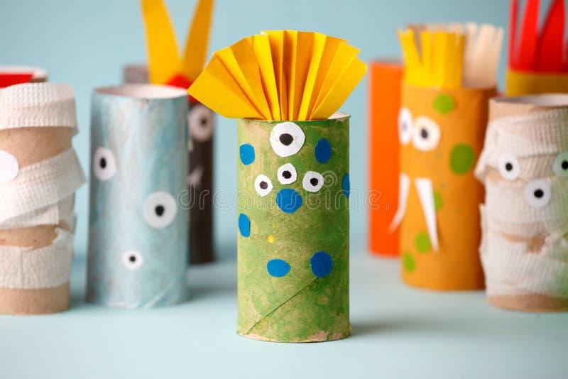 Halloween e concetto della decorazione - mostri dall'idea creativa diy semplice del tubo della carta igienica La riutilizzazione  immagine stock libera da diritti